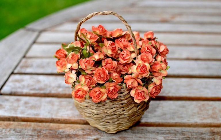 Trwałe i estetyczne dekoracje do domu i biura ze sztucznych kwiatów