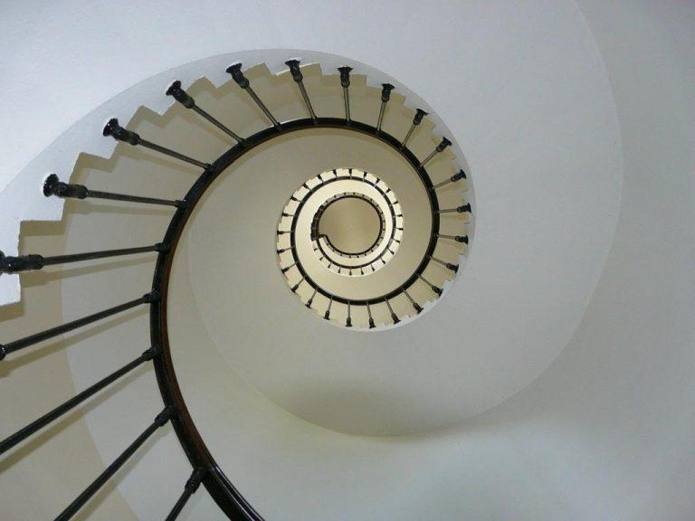 Jak stworzyć dopasowane do wnętrza schody?